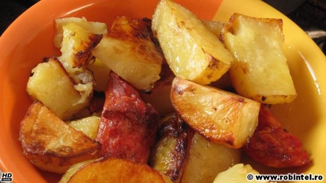 Pulpe de pui dezosate și marinate, cu garnitură de cartofi noi, la cuptor