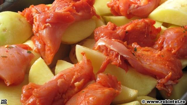 Pulpe de pui, dezosate și marinate, peste cartofi, tavă ce va fi dată la cuptor la foc mic pentru două ore și mai bine...