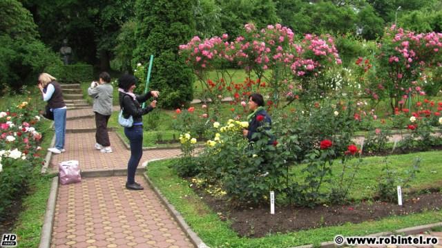 Două proaste și nesimțite, mamă și fiică, făcându-și poze în Grădina Botanică, mama călcând iarba și tufele ca să ajungă acolo