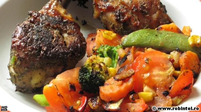 Pulpe de pui marinate în zeamă de lămâie și condimente, cu garnitură de legume italienești multicolore