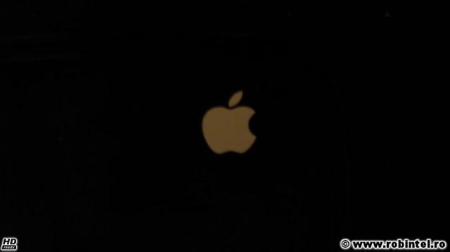 iBus la mișto, cineva a lipit un sticker cu Apple pe un spătar negru