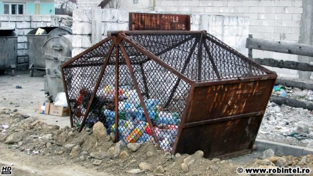 Colectare selectivă la Vulcan (județul Hunedoara) - momentan se colectează doar sticlele de plastic în astfel de containere, iar lumea respectă regula