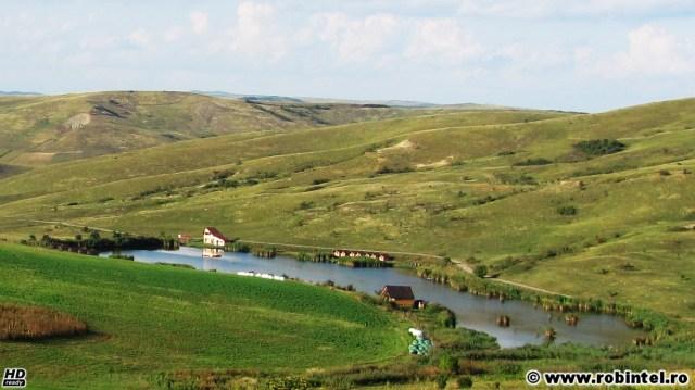 Cel mai frumos loc de pescuit de lângă Cluj, o baltă într-o vale dintre dealuri