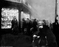 Pietoni și animale de companie cu măști, în timpul Marii Ceți din 1952 (C) Getty Images via Daily Mail