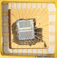 Tehnologia clasică, în care într-un cip se află un singur plan (o singură folie) de siliciu, în imagine K573, un modul de memorie EEPROM
