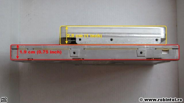 Comparație a grosimii dintre hard diskul slim de 5.25 inci Quantum Bigfoot 1280AT și un hard disk oarecare de 3.5 inci: hard diskul de 5.25 inci are o grosime de 0.75 inci (aproximativ 1.9 centimetri), în timp ce hard diskul oarecare de 3.5 inci are o grosime de aproximativ 2.5 centimetri (1 inch)