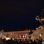 03. Lume in fata statuii lui Matei Corvin din Piata Unirii din Cluj la lansarea lampioanelor