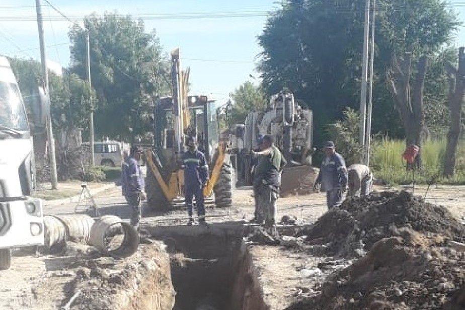 Aguas Rionegrinas instaló el nuevo colector cloacal del barrio Los Olmos