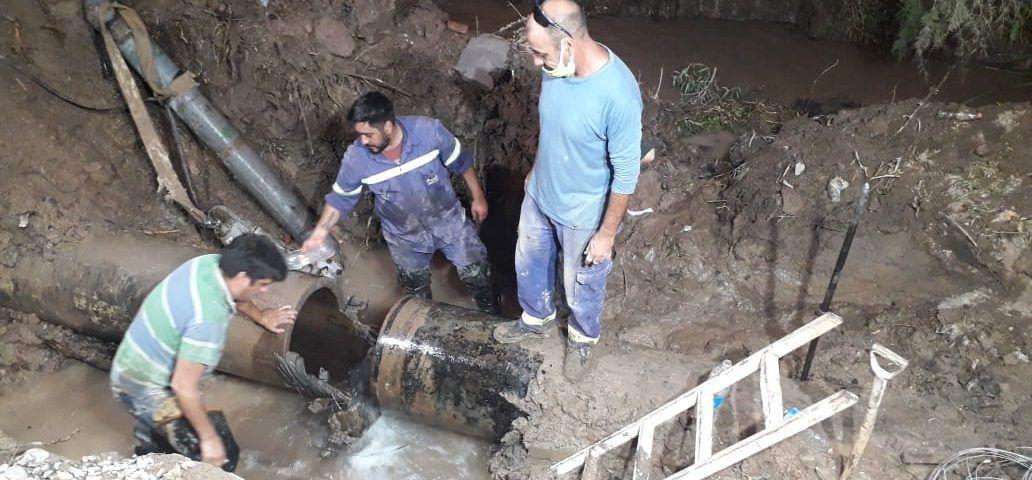 Aguas Rionegrinas trabaja en la reparación del acueducto de zona alta