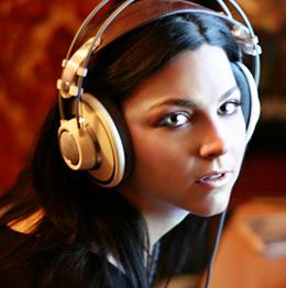 A vocalista em estúdio, gravando o novo álbum