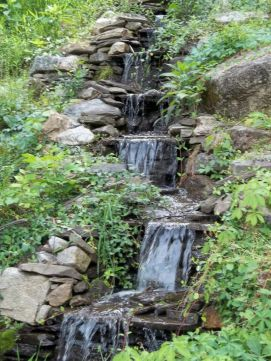 Make a mini waterfall in the garden 38