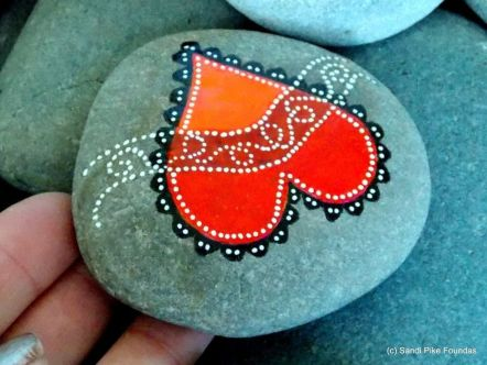 Creative diy painting rock for valentine decoration ideas 41