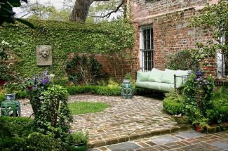 Small courtyard garden with seating area design and layout 33