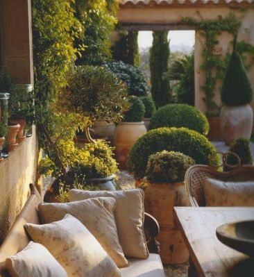Small courtyard garden with seating area design and layout 68