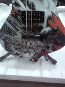 Guitarra com dragão chinês desenhado.