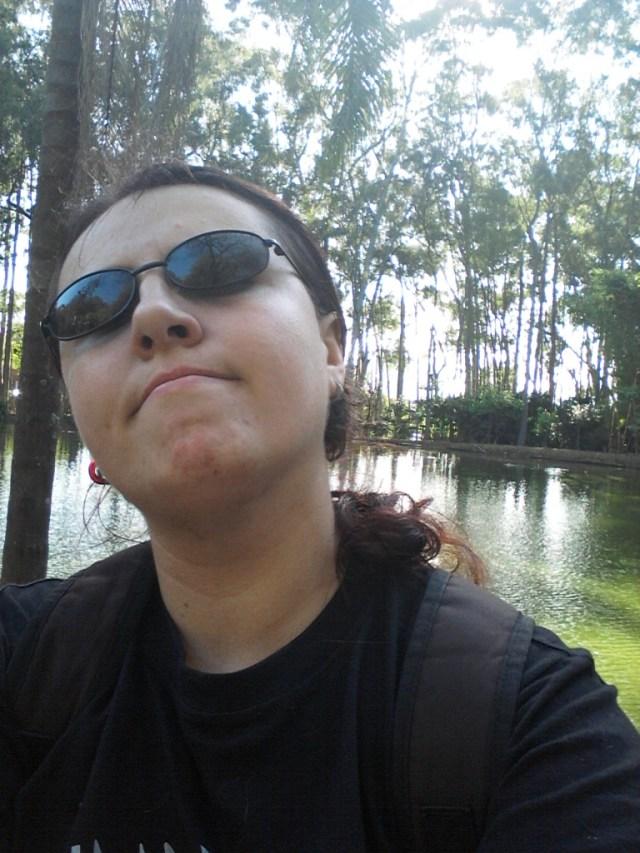 Eu no Parque do Piqueri. Tem um lago bonito atrás de mim. Lugar bom para pensar.