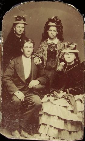 Adolescentes do período Vitoriano. Incrível como adolescente sai com cara de bunda em qualquer época!