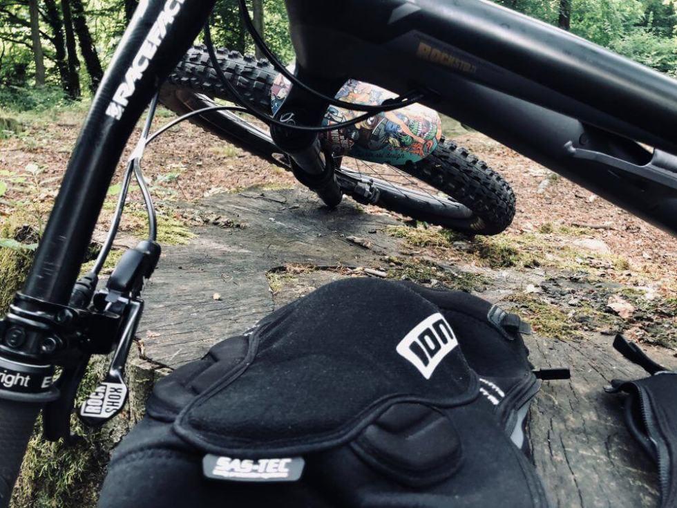 ION K_LITE_ZIP Schwarz 2018 liegt auf einem Baumstumpf und darüber steht mein Fahrrad meine Enduro bike .
