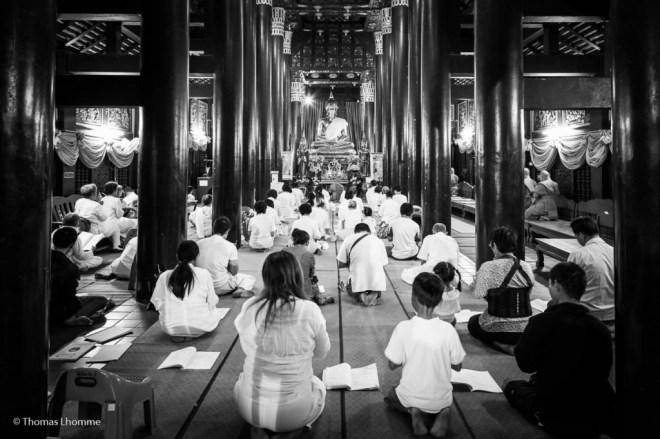 Méditation commune dans un temple