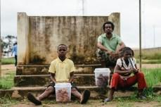 Des enfants vendant de quoi manger