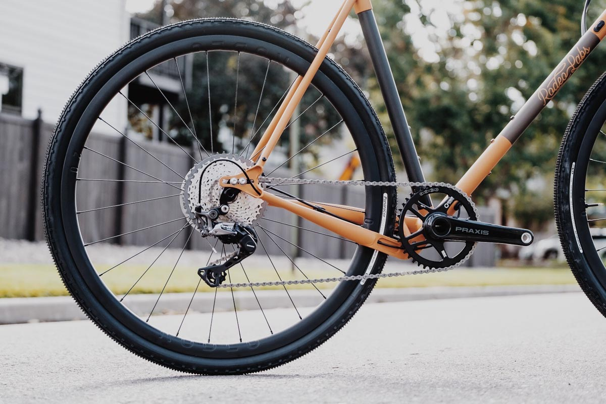 Our unique yoked chainstay offers class leading tire clearance.