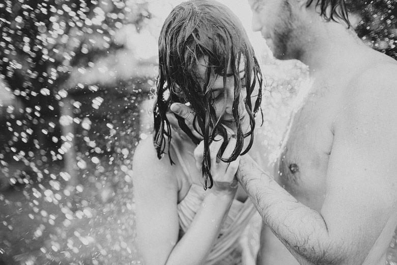 Sesion de novios post-boda con agua