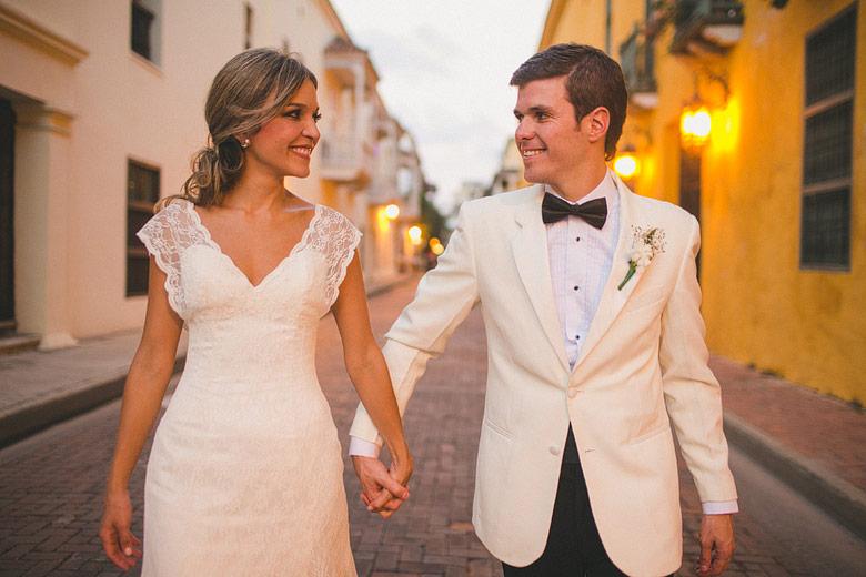Sesion de matrimonio callejera en la ciudad amurallada de Cartagena, Colombia