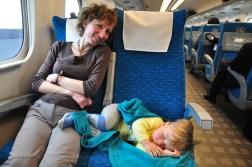 Kacper śpi w Shinkansenie