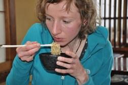 Dominika zajada sobe w japońskiej knajpce