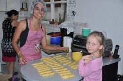 Oliwia przygotowuje słone chlebki