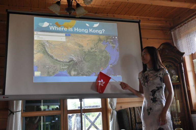 Phoebe i jej prezentacja Hongkongu