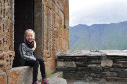 Oliwia odpoczywa przy klasztorze