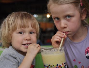 Dzieci pija koktail w tropikach