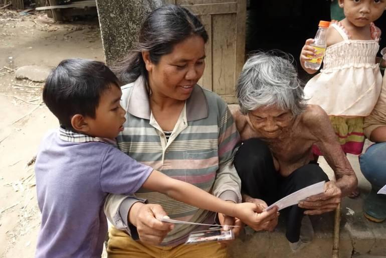 110 letnia Wietnamka ogląda swoje zdjęcia