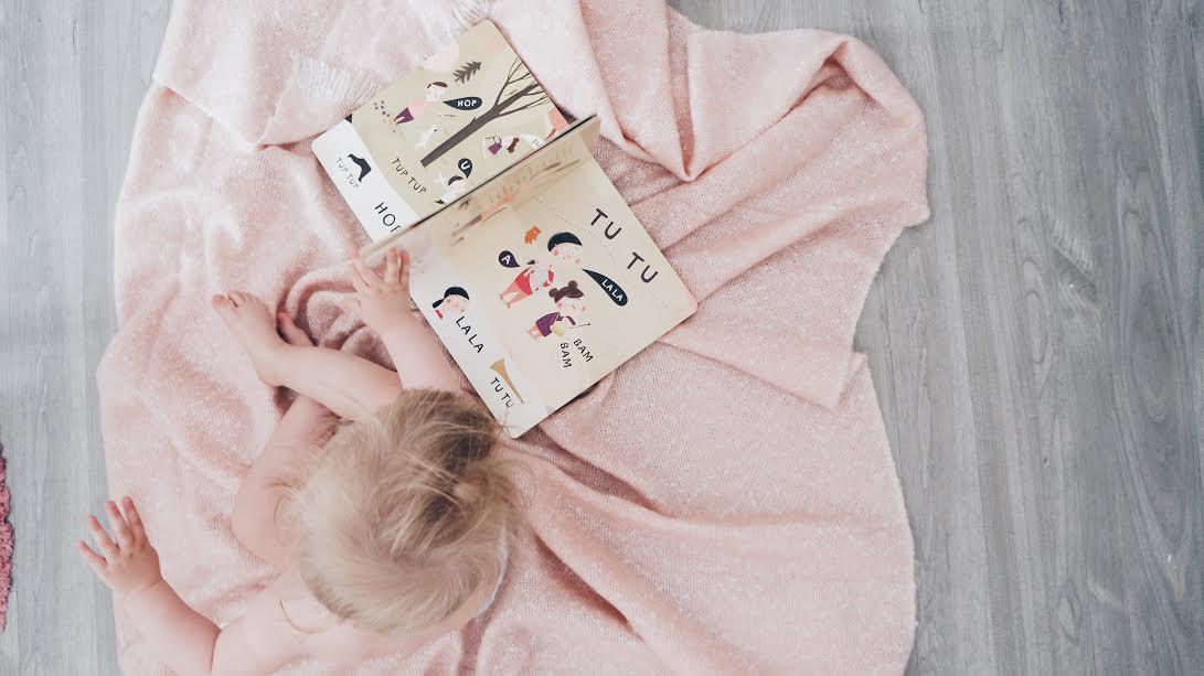 dziecko uczy się czytać