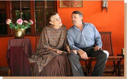 Lida en Johan Botha in Oupa en Ouma sit op die stoep en raak romanties.