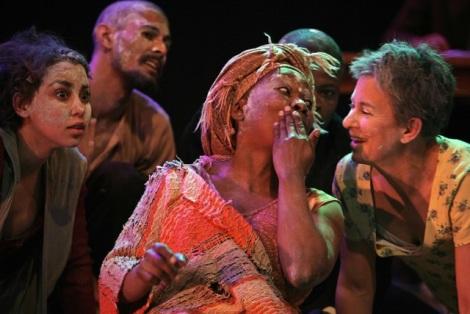 Chiminae Ball, Faniswa Yisa en Jennie Reznek in Voices Made Night