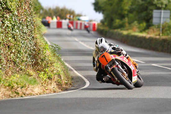 Rogue Mag Motorsport - Michael Dunlop takes classic superbike Manx Grand Prix victory