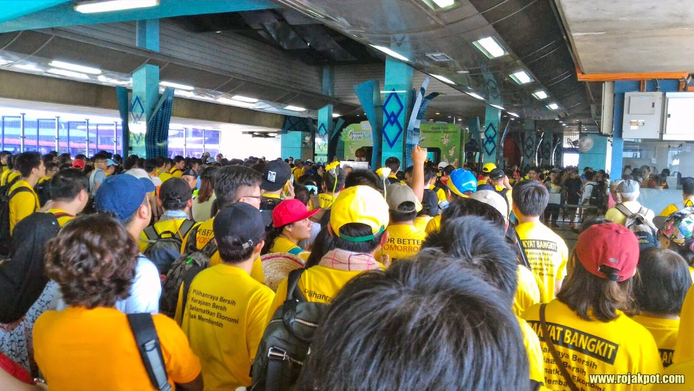 Bersih 4 Day 1 - At the Pasar Seni LRT station