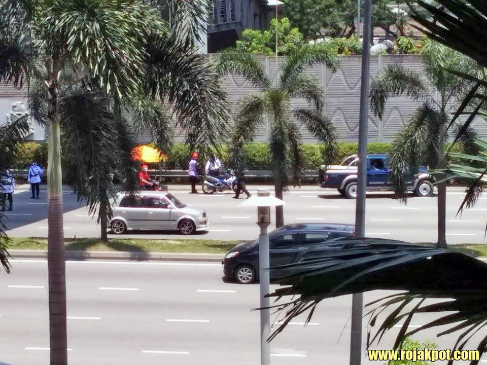 Bersih 4 police roadblock outside Viva Homes, Jalan Loke Yew