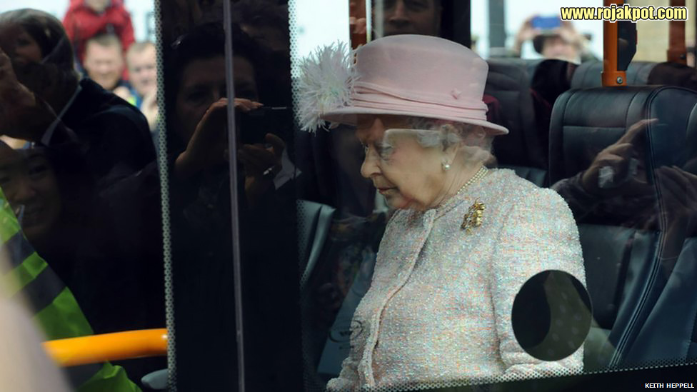 Queen Elizabeth on the guided bus to the Medical Research Council, Cambridge