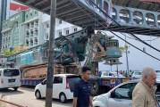 Watch : Trailer Hits Pedestrian Bridge In Penang!