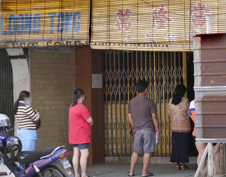 Why Such Long Queues At Pawn Shops On CMCO Day 1?