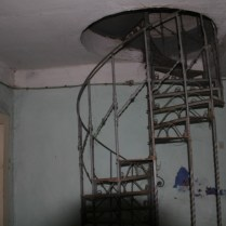 Nesigrne stepenice koje vode na sprat dvorca