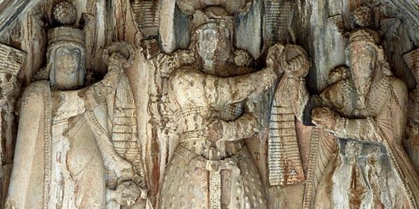 Registre supérieur de la grotte principale de Taq-e Bostan: scène de couronnement, Anahite, un roi non identifié, et Ahuramazda