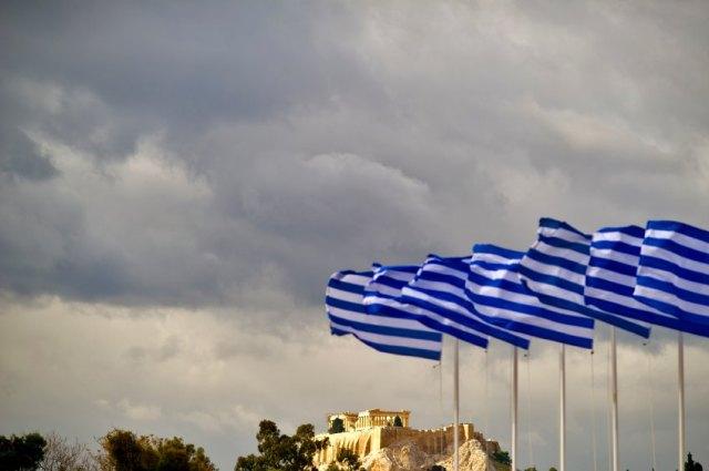 ARCHIV: Griechische Fahnen wehen in Athen in Griechenland am Panathinaiko Stadion vor der Akropolis (Foto vom 13.11.11). Am Montag (16.01.12) beginnen die Troika-Experten von EU-Kommission, Europaeischer Zentralbank und Internationalem Waehrungsfonds in Athen mit den Verhandlungen ueber das neue Rettungsprogramm fuer Griechenland. Das Team muss die Umsetzung der Reformen pruefen und analysieren, ob die bisher geplante Hilfe von 130 Milliarden Euro aus den Euro-Staaten und ein Verzicht von 100 Milliarden Euro seitens der Banken und Fonds zur Sicherung der griechischen Schuldentragfaehigkeit ausreichen. (zu dapd-Text) Foto: Axel Schmidt/dapd