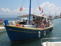 Brodić koji vodi na Vido
