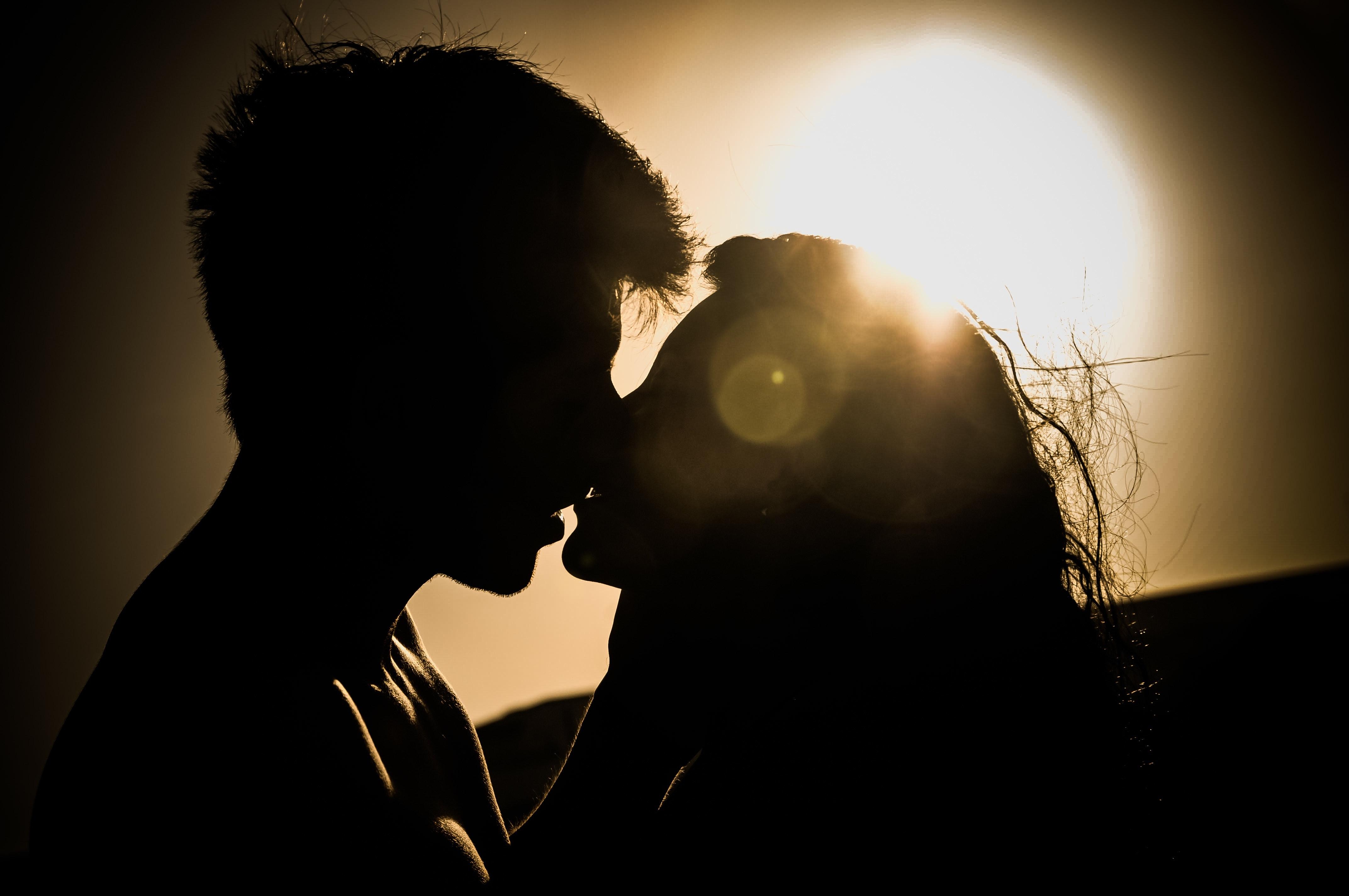 Kad se usne i jezici spoje: Poljubi me – francuski! (VIDEO)