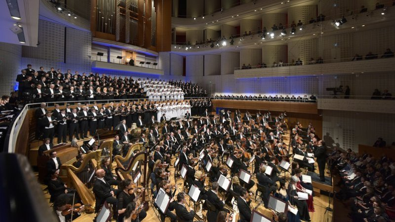 Riccardo Chailly / Lucerne Festival Orchestra, choirs, soloists, performing Mahler, Symphony No.8 (© Priska Ketterer)