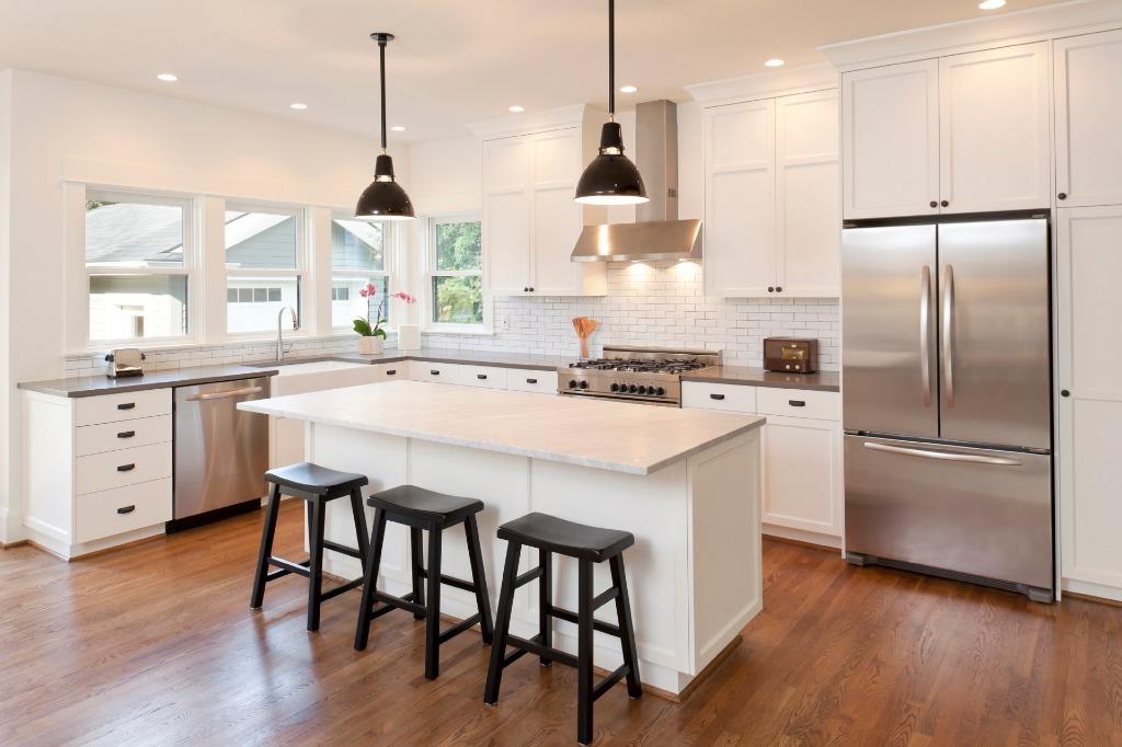 kitchen cabinets update ideas on a budget stainless sinks topic 请教 厨房的橱柜 backsplash countertop 都选白色系 类似像 类似像图片的样子 大家觉得顺眼吗 我朋友说白色不显高端 请提供意见 非常谢谢